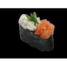 Фирменные суши с копченым лососем
